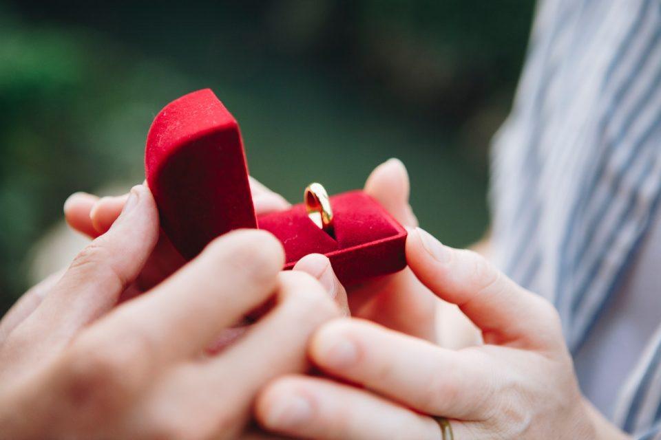 Como escolher a aliança e o anel de noivado? Dicas para não errar!